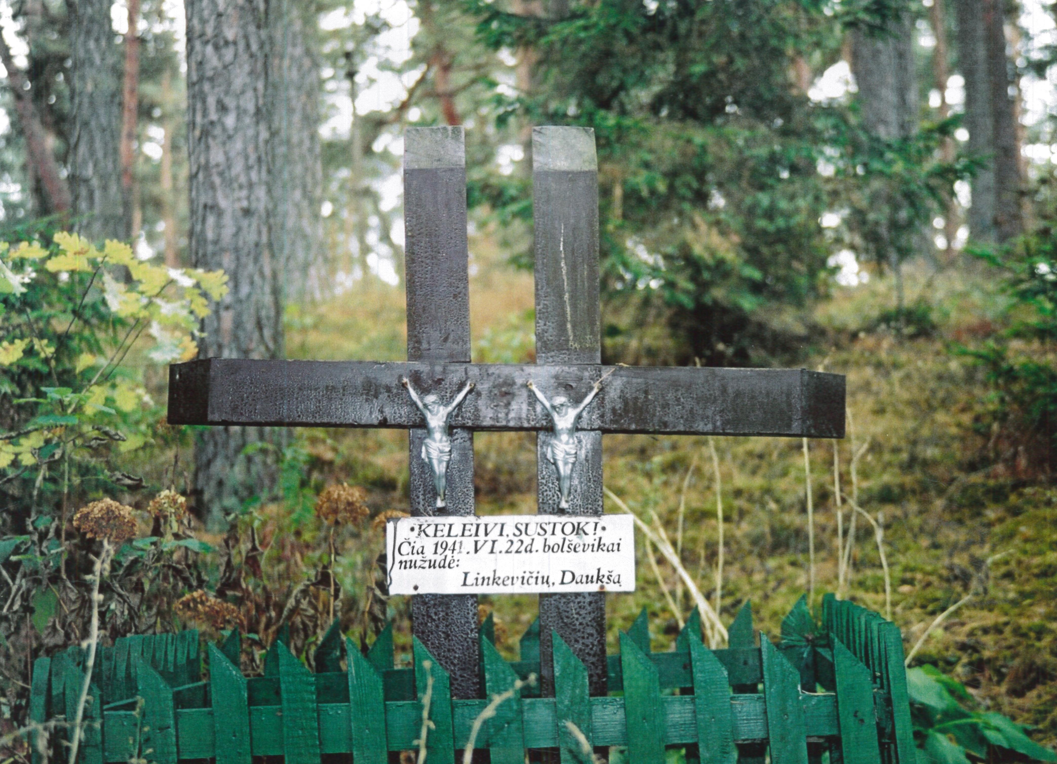 Atminimo kryžiai, skirti 1941 m. sukilimo dalyviams Stanislovui Linkevičiui ir Vytautui Daukšiui
